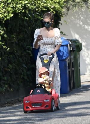 Фото №2 - В чем гуляют с детьми современные городские мамы? Показывает Кейт Мара