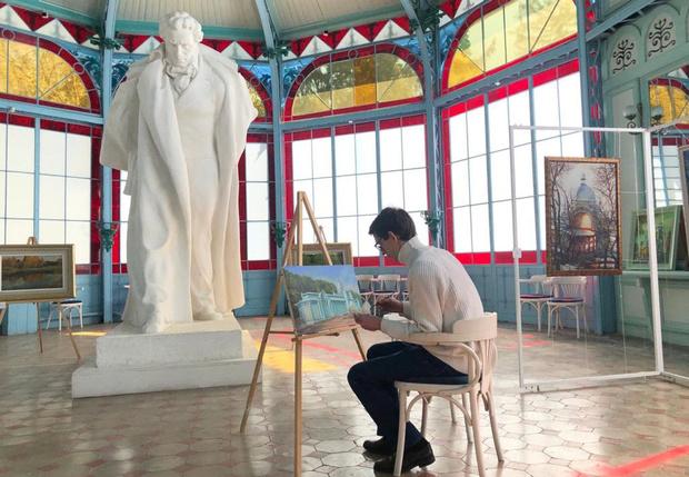 Фото №1 - В Железноводске художнику разрешили самоизолироваться в Пушкинской галерее, чтобы он продолжал черпать вдохновение и работать