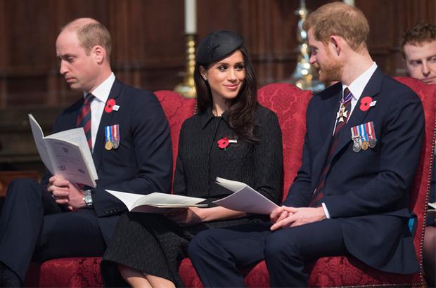 Фото №2 - Почему Елизавета II отказала Гарри и Меган в «полной независимости»