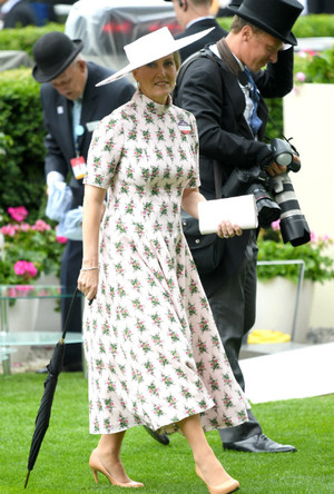 Фото №2 - В новом статусе: как стиль «любимой невестки Королевы» изменился за последний год