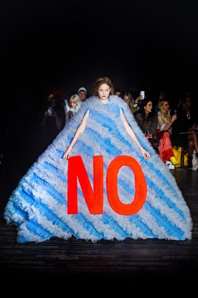 Фото №4 - Mood of the day: новая забавная коллекция платьев от Victor & Rolf