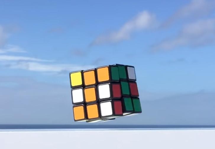 Фото №1 - Японский изобретатель создал левитирующий самособирающийся кубик Рубика (видео)