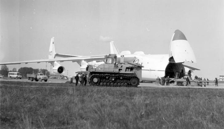 Т-800 был таким большим, что для транспортировки на большие расстояния приходилось даже использовать другого великана— грузовой самолет АН-225 «Мрия»