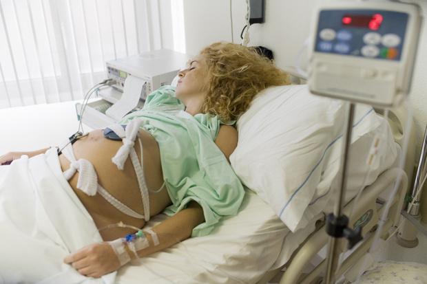 Фото №1 - «Пусть рожает дома»: в роддоме затравили беременную с температурой