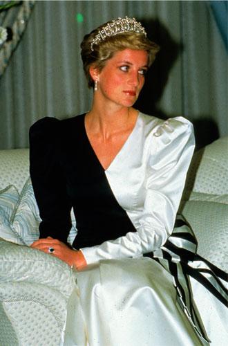 Фото №15 - Выездной гардероб: как стилисты и дизайнеры готовят королевских особ к турам