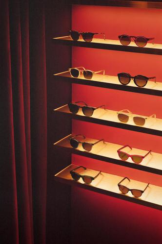 Фото №9 - Бутик оптики с винтажной мебелью в Лондоне
