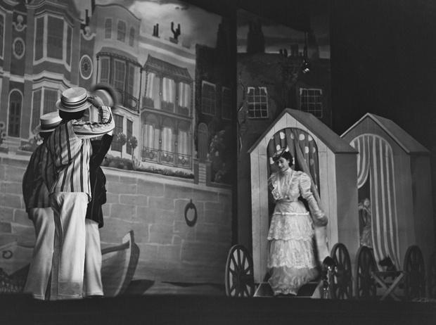 Фото №35 - Рождественский театр Виндзоров: как принцессы Елизавета и Маргарет поднимали боевой дух нации