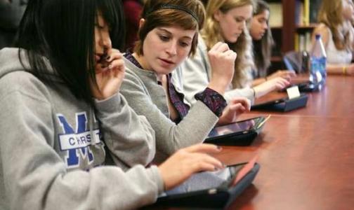 Фото №1 - Планшетные компютеры вместо учебников подорвут здоровье петербургских школьников