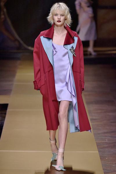 Фото №10 - Плащи Haute Couture и туфли с бантами на парижском показе Versace