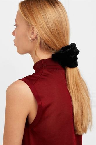 Фото №30 - Заколки, ободки и резинки: самые модные украшения для волос нового сезона