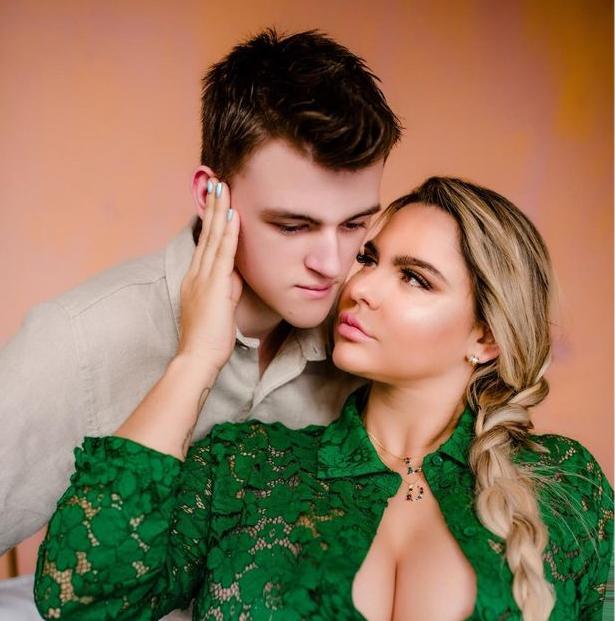 Фото №1 - Сын модели Playboy завел ей аккаунт на сайте для взрослых, чтобы заработать (фото горячей мамы прилагаются)