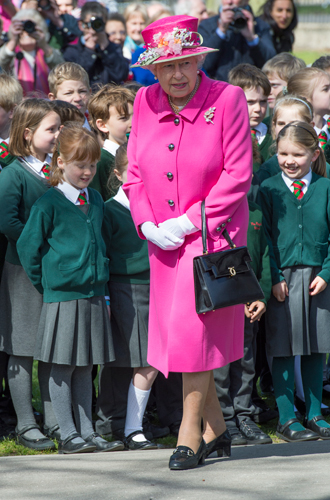 Фото №7 - Как отличить Королеву: каблук 5 см, сумка Launer, яркое пальто и никаких брюк