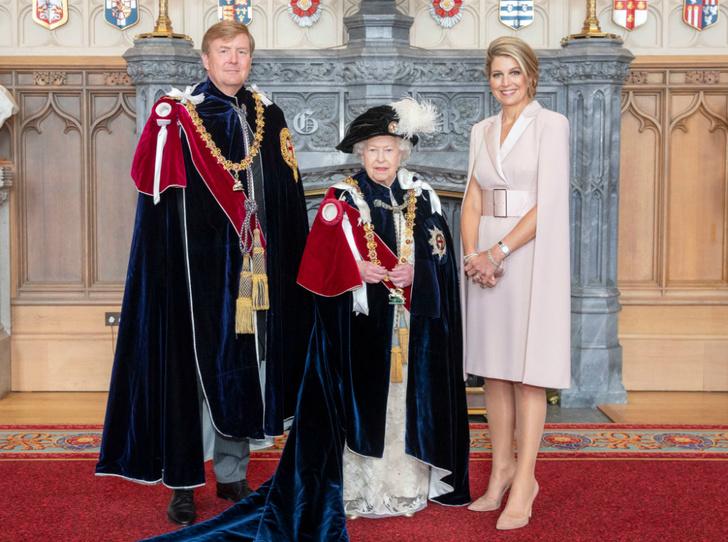 Фото №3 - Елизавета II посвятила в рыцари ордена Подвязки короля Нидерландов и короля Испании