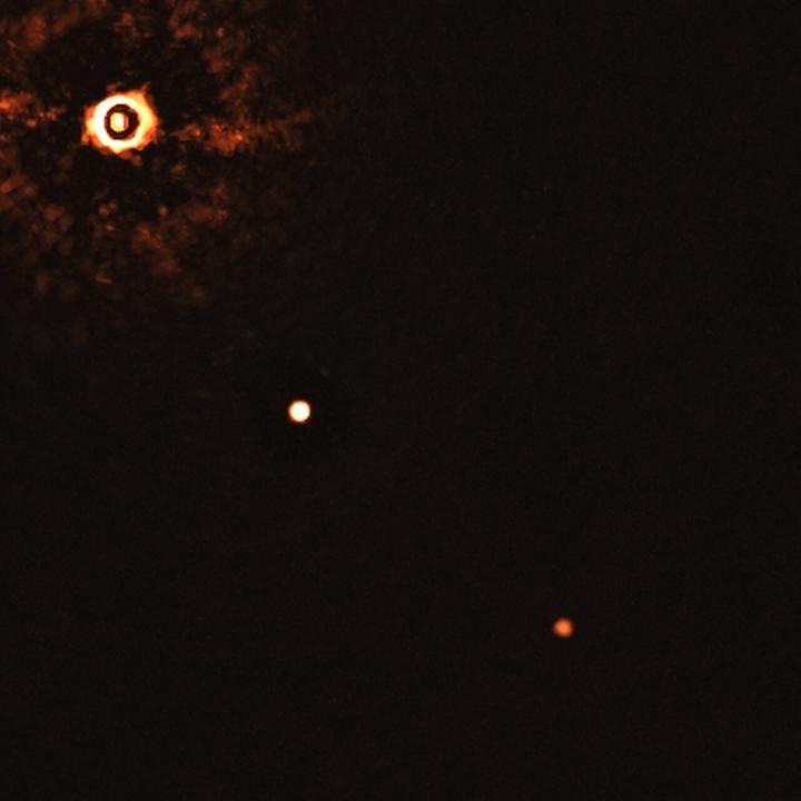 Фото №2 - Ученые впервые сфотографировали две планеты, вращающиеся вокруг солнцеподобной звезды