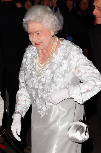 Фото №11 - Какое украшение Елизавета II носит практически постоянно (но вы не замечали)