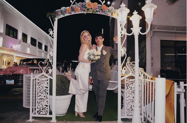 Фото №2 - Из неизданного: Софи Тернер поделилась новыми свадебными фото в годовщину церемонии. И они сумасшедшие