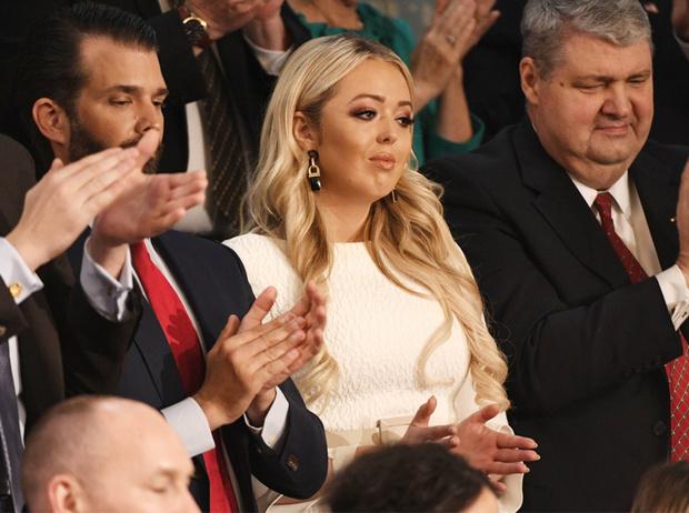 Фото №1 - Почему безупречный наряд Тиффани Трамп в Конгрессе все равно стал ее «стильным провалом»