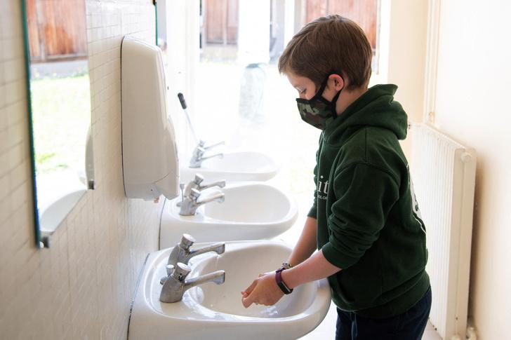 Фото №1 - Медики пояснили, почему дети реже болеют COVID-19