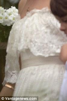 Фото №3 - Смотри первые фото со свадьбы Марго Робби