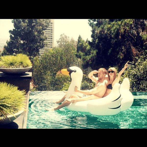 Фото №23 - Звездный Instagram: Отвисаем у бассейна