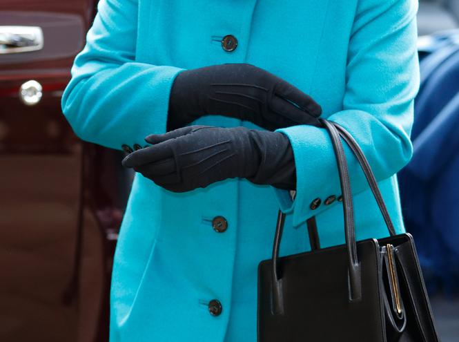 Фото №31 - Как отличить Королеву: каблук 5 см, сумка Launer, яркое пальто и никаких брюк