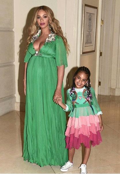 Фото №2 - Милота дня: беременная Бейонсе с семьей на премьере «Красавицы и Чудовища»