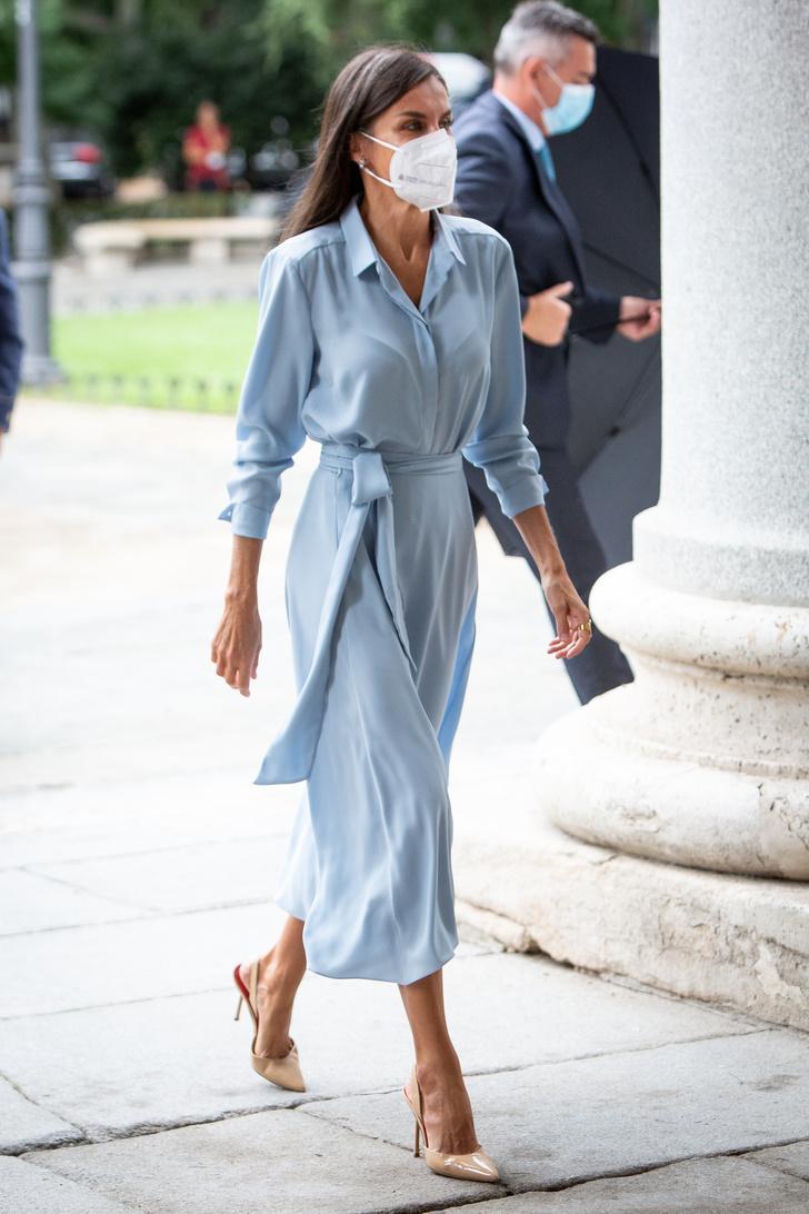 Фото №1 - Воздушное платье небесного оттенка, как у королевы Летиции,— лучшая инвестиция в гардероб