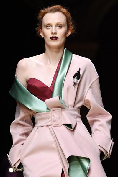 Фото №3 - Плащи Haute Couture и туфли с бантами на парижском показе Versace