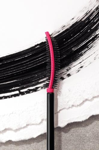 Фото №4 - Закрутилось: фиксирующая изгиб тушь с эффектом накладных ресниц от YSL Beauté