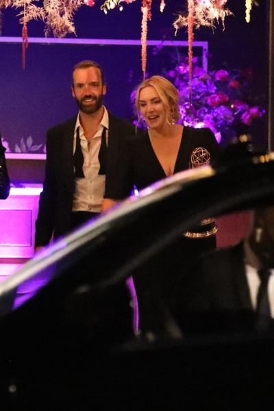 Фото №2 - Редкий кадр: Кейт Уинслет засняли папарацци, когда ее встречал муж-миллиардер