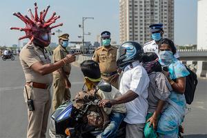 Фото №2 - Индийский полицейский пугает нарушающих карантин коронашлемом
