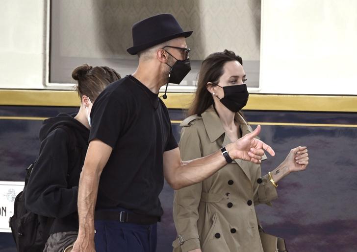 Фото №2 - Анджелина Джоли в Венеции с красивым незнакомцем и в любимом тренче