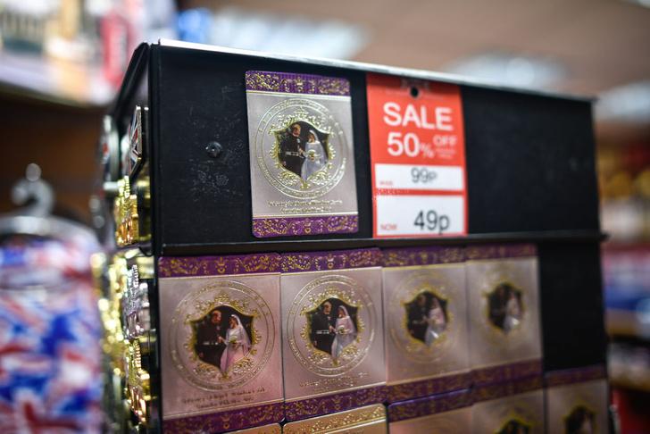Сувениры с Гарри и Маркл продают за полцены