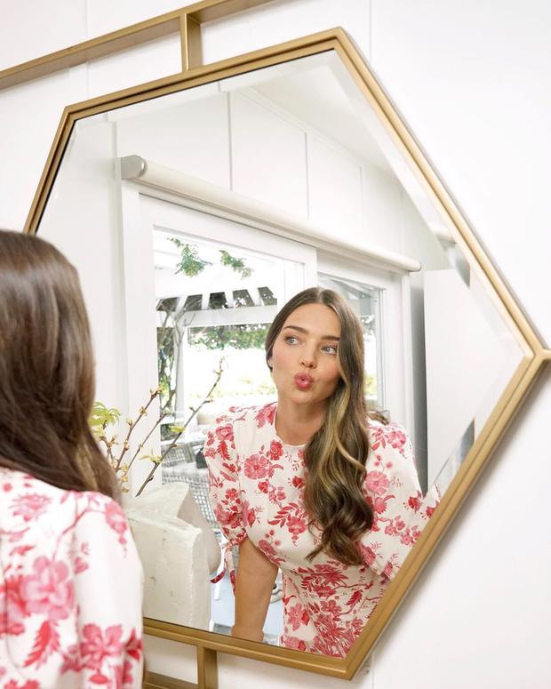 Фото №1 - Платье в цветочек и нежный макияж: женственный образ Миранды Керр