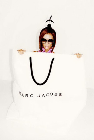 Фото №3 - Инопланетяне, куры и Виктория Бекхэм в пакете: самые странные рекламные кампании брендов