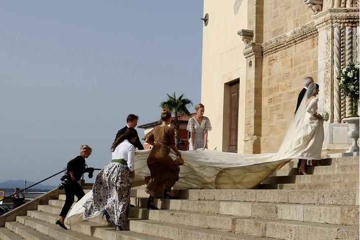 Фото №2 - 10-метровый шлейф несли четверо: принцесса Лихтенштейна вышла замуж в сказочном платье