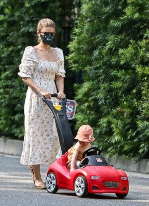 Фото №1 - В чем гуляют с детьми современные городские мамы? Показывает Кейт Мара