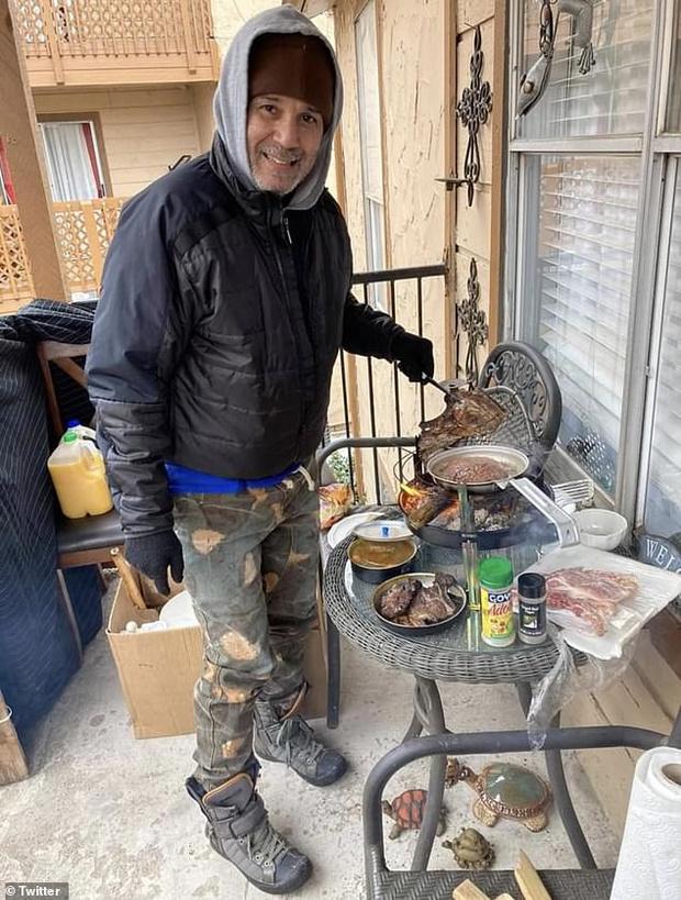 Фото №2 - Жители Техаса выкладывают в «Твиттер» фото, как они справляются с отсутствием в домах воды, света и тепла