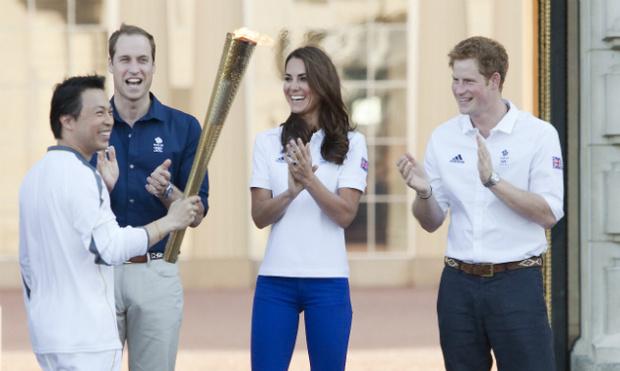 Фото №1 - Принц Уильям встретил олимпийский огонь во дворце