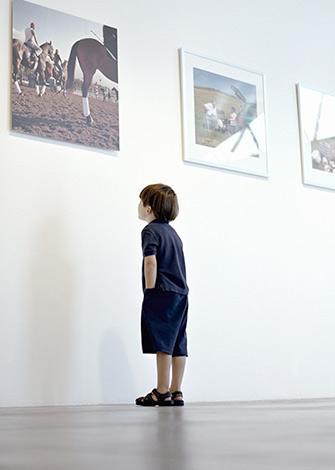 Ребенок в музее вред картиной