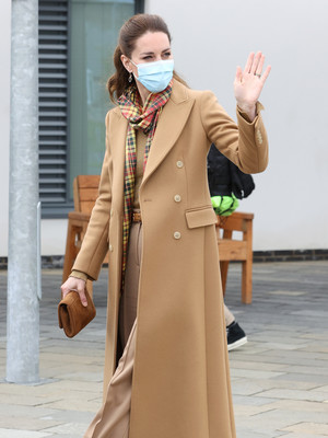 Фото №4 - Клетка, джинсы и костюмы: все наряды герцогини Кейт в туре по Шотландии