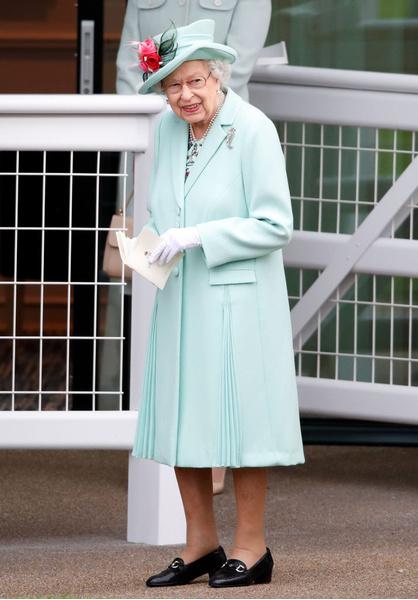 Фото №2 - Бодра и весела: Елизавета II удивила всех появлением на скачках в Аскоте