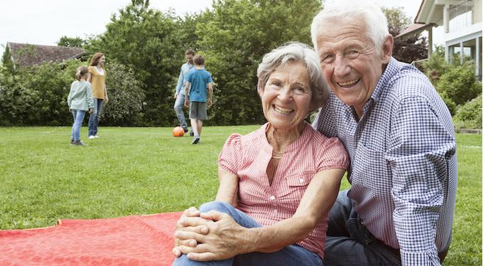 32 вопроса, которые стоит задать бабушке с дедушкой