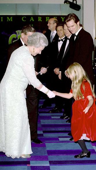 Фото №12 - Как королевские особы одеваются на кинопремьеры: самые роскошные выходы, которые вошли в историю