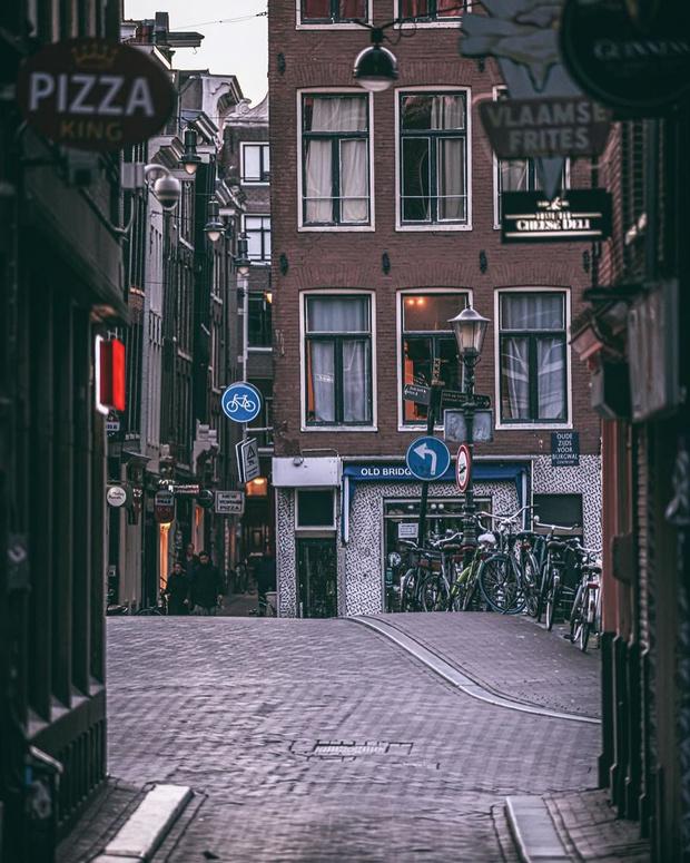 Фото №7 - Фотограф из Амстердама показал, как квартал красных фонарей живет при карантине