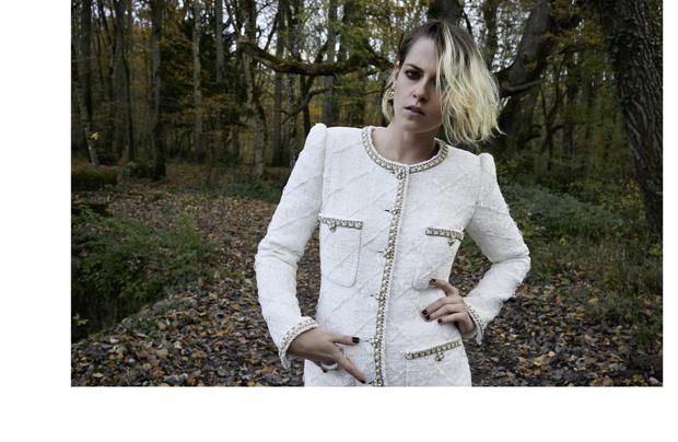 Фото №1 - Королева лесов: Кристен Стюарт в магической кампании Chanel Métiers d'art 2020/21