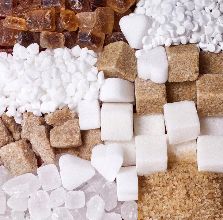 shutterstockМы привыкли, что в сладком много калорий, и потому от него полнеют. Однако сладость и калорийность — это разные свойства продукта, как форма и цвет. Среди наиболее калорийных продуктов много несладких: икра, масло, свинина. Напротив, среди очень сладких веществ есть некалорийные, например сахарин. Калорийность веществ определяется тем, усваиваются ли они организмом и если усваиваются, то сколько энергии при этом выделяется. Сладкие природные вещества, в том числе фруктоза и сахароза, усваиваются хорошо. Превращаясь в глюкозу, они участвуют в синтезе аденозинтрифосфорной кислоты (АТФ) — аккумулятора энергии нашего организма. Избыток глюкозы организм запасает «на будущее» — синтезирует на ее основе гликоген в печени и мышцах, а также триглицериды жирных кислот, которые и создают жировые отложения. Это энергетические запасы организма — при необходимости жиры и гликоген можно использовать для синтеза АТФ. Искусственные заменители сахара — это вещества, для синтеза АТФ и выработки энергии непригодные. По сладости они в десятки (цикламат) и сотни (сахарин и аспартам) раз превосходят сахар, но организмом не усваиваются и выводятся в основном с мочой. Вот почему их калорийность равна нулю. Некоторые подсластители все же усваиваются, например аспартам, который распадается на составляющие его аминокислоты. Но энергии при этом выделяется очень мало и калорийность его ничтожно мала. Использовать синтетические заменители сахара следует крайне осторожно, в больших дозах они могут быть вредны.