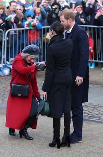 Фото №17 - С подтекстом: почему каждая вещь в наряде Меган Маркл в Уэльсе – это модное заявление будущей герцогини
