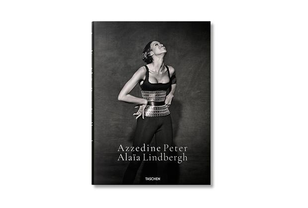 Фото №4 - Что читать летом: 5 совсем новых книг о моде