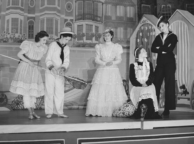 Фото №31 - Рождественский театр Виндзоров: как принцессы Елизавета и Маргарет поднимали боевой дух нации